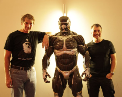 Peter Watts and Richard Morgan flanking a Crysis nano-soldier